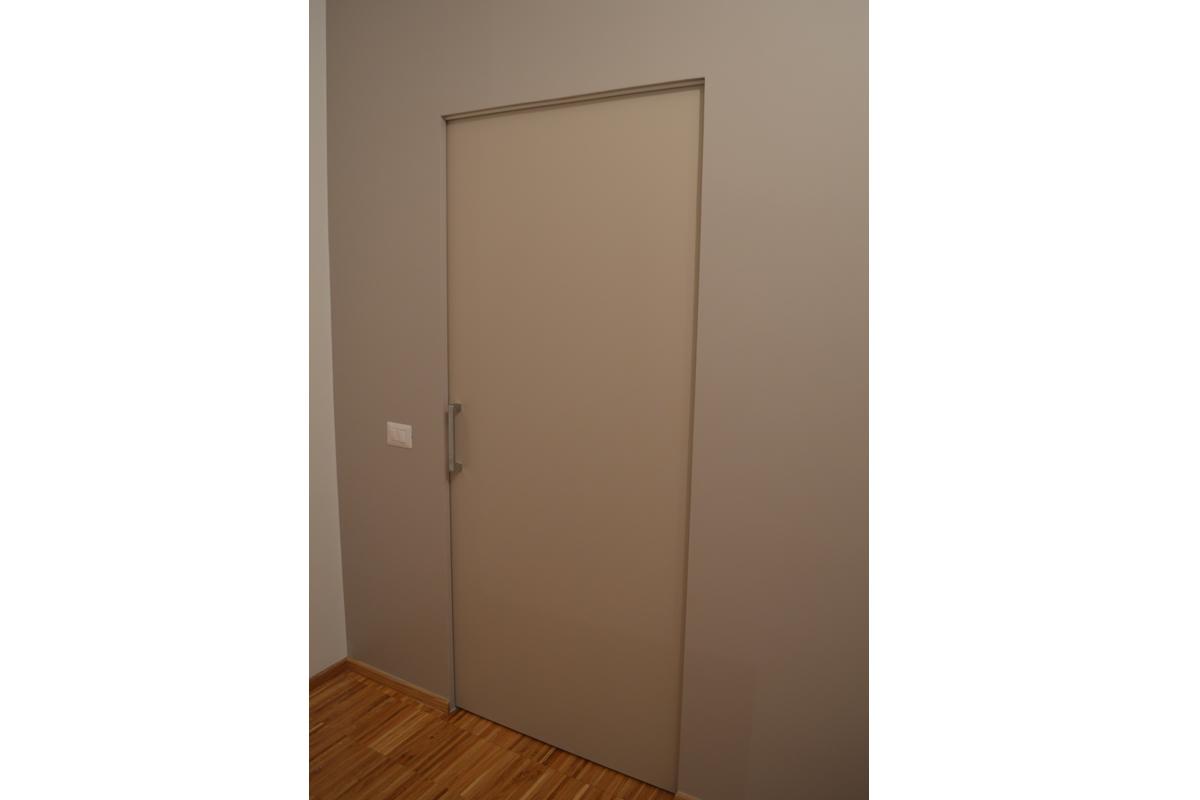 Porta filo parete appartamanto privato Pomezia arch. Paglia Silvana